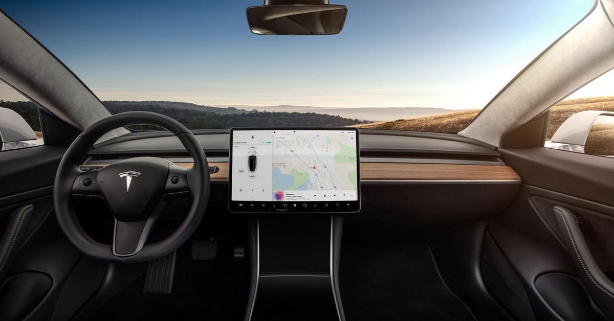 Камера в электрокарах Tesla будет следить за водителями перед ДТП